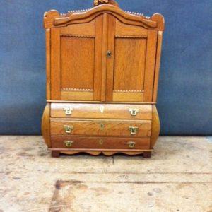 eikenhouten miniatuur kabinet na restauratie